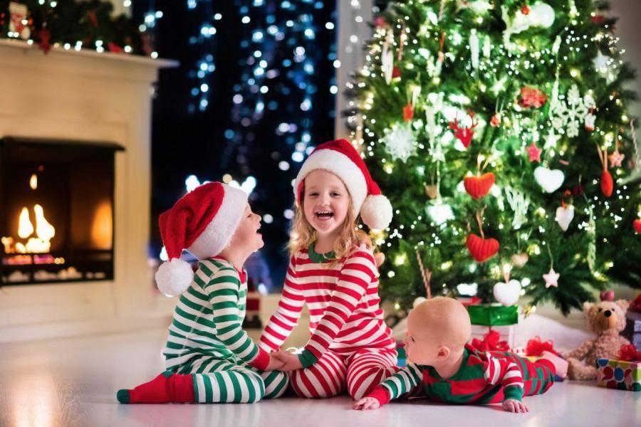 d0f78dfd66fc5 Идеально будут смотреться одинаковые или похожие пижамы и подобранные в тон  аксессуары для съемки (елочные украшения, ветви хвойного дерева, красивые  свечи) ...